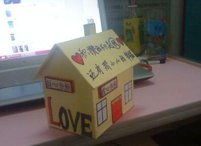 用废纸板搭建的小房子