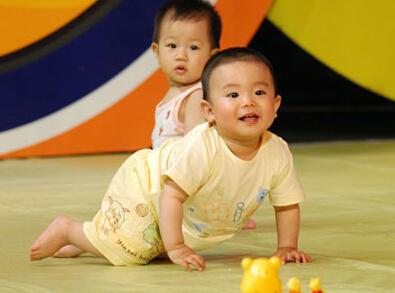 孩子学爬行,这是因为这些父母不了解爬行运动的好处,今天,小编就和